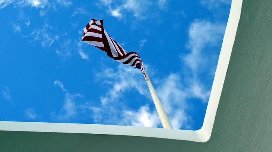 風にたなびくハワイ州旗