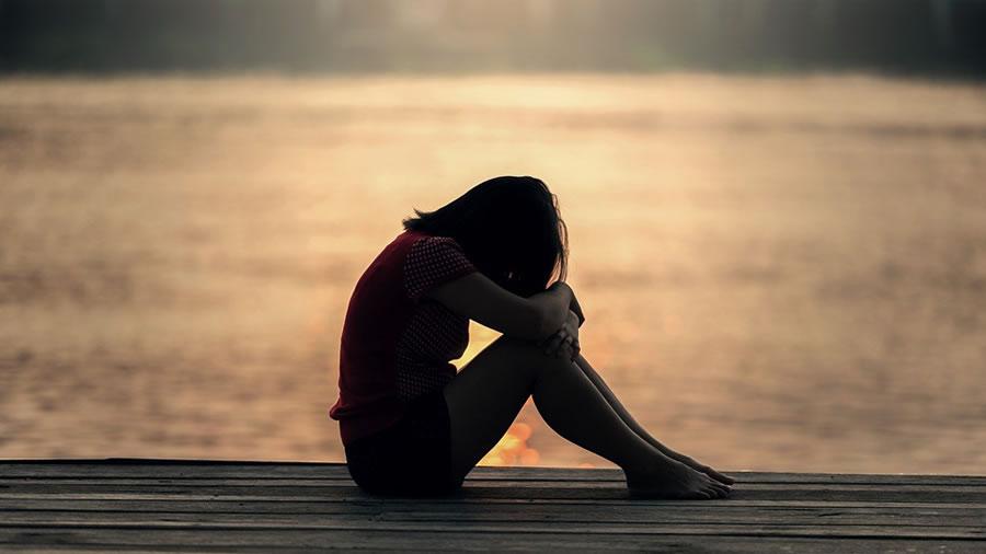 桟橋で悲しむ少女