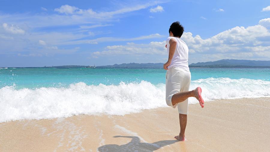 砂浜を走る少年